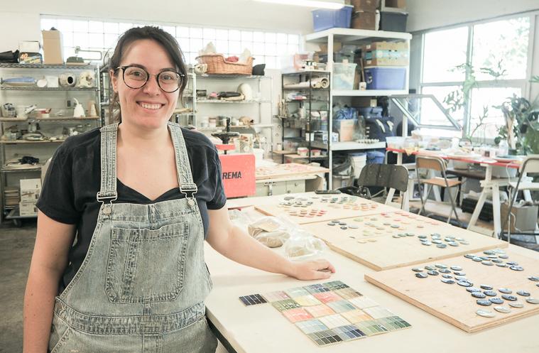 Marina dans son atelier pratique le nerikomi