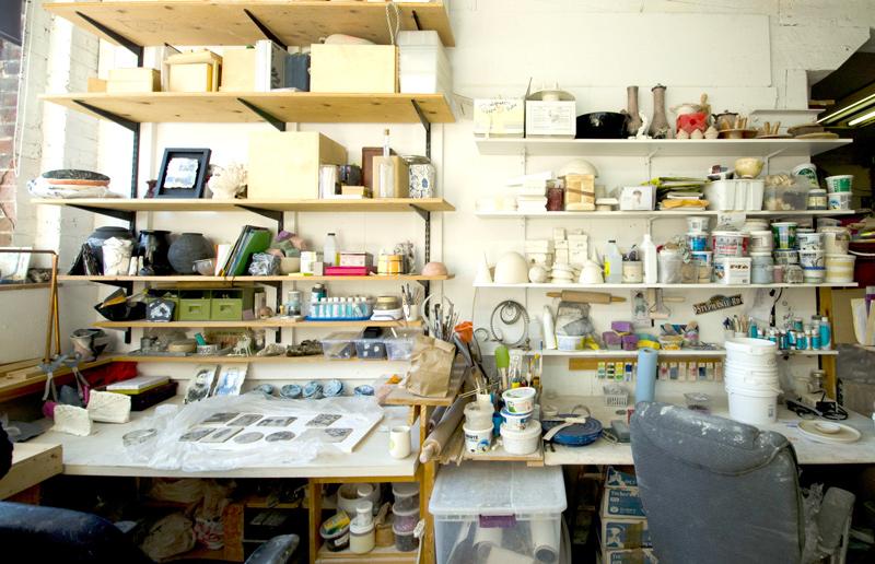 étagères d'atelier de céramiste