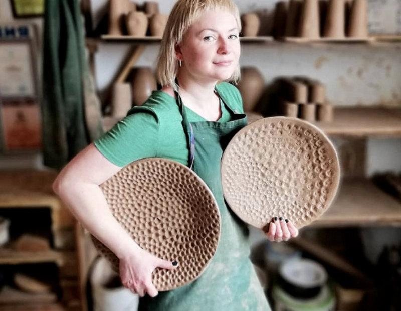 Tamara présente ses poteries