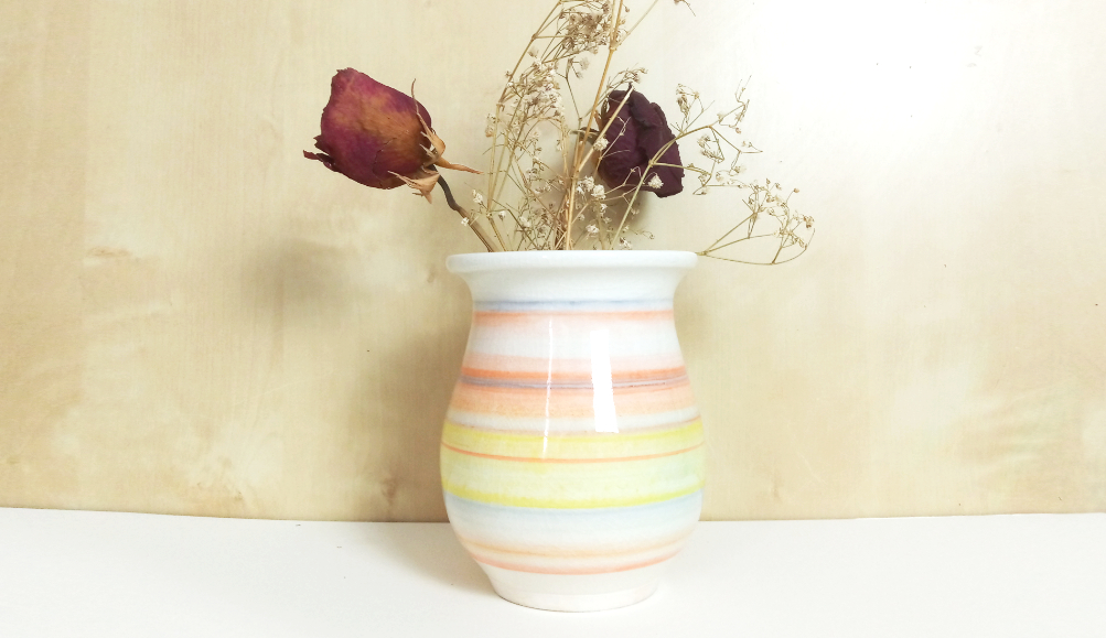 décor au pinceau sur porcelaine au tour